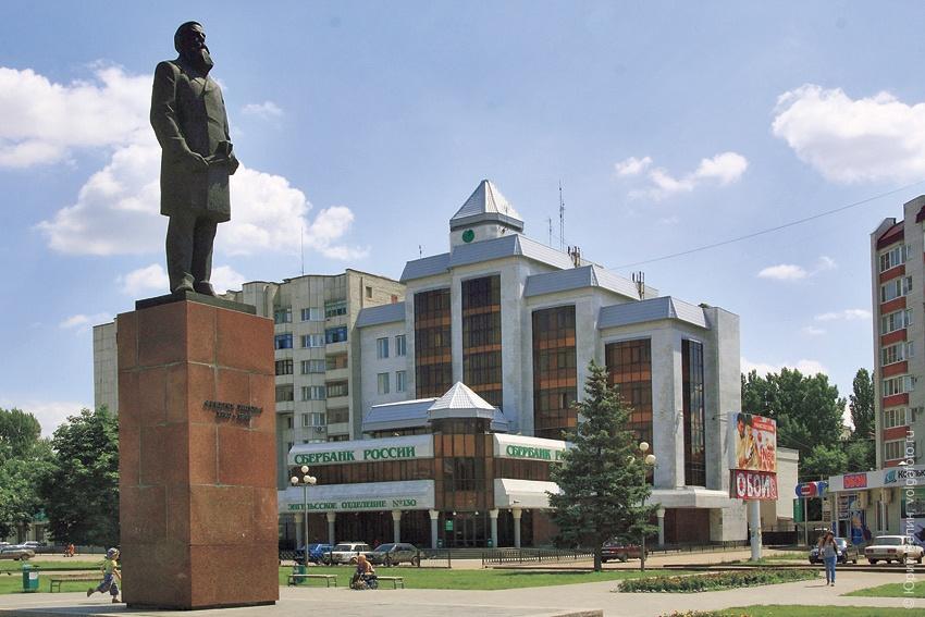 Йокубонис Гядеминос Альбино (08.03.1927 – 2006), скульптор, народный художник СССР, лауреат Ленинской премии, автор памятника Ф. Энгельсу.